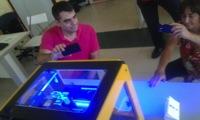 Personas viendo una impresora bq Witbox en el taller