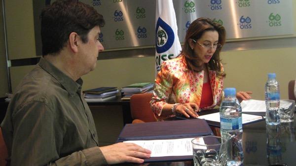 De izda a dcha: D. Enrique Varela y la Dra. Gina Magnolia Riaño firmando el convenio