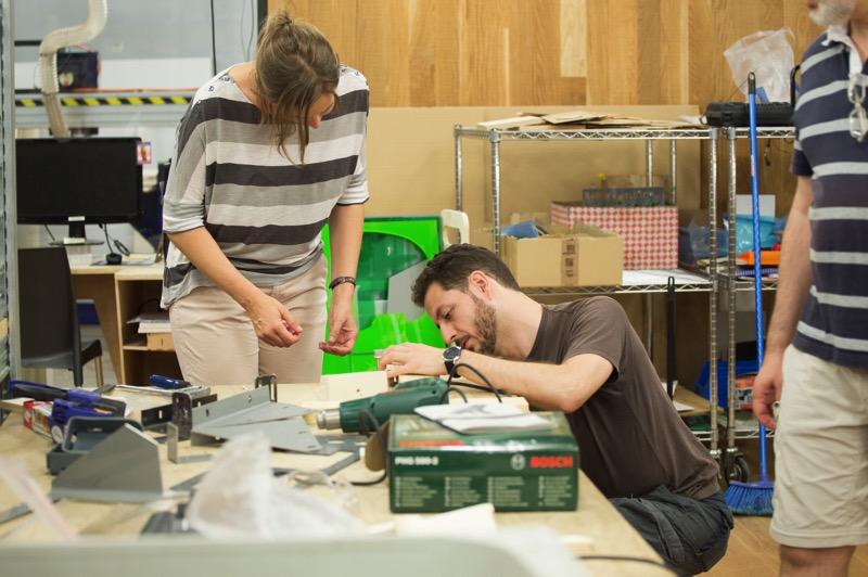 Foto del taller de formación a formadores: Fernando Salvucci construyendo una silla postural